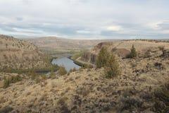 在水坝上的Deschutes河在中央俄勒冈 库存图片