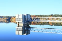 在水坝中间的大厦 免版税库存图片