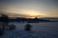 在水坝的日出在破冰船安加拉的背景 免版税库存照片