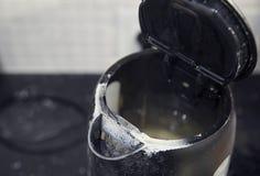 在水壶的喷口的强的标度,家用电器,宏指令 库存照片