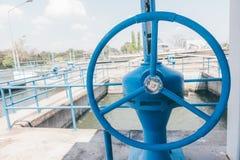 在水处理厂的蓝色阀门 库存照片