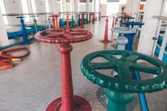 在水处理厂的颜色阀门 免版税库存图片