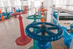 在水处理厂的颜色阀门 库存图片