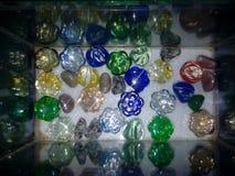 在水族馆的五颜六色的宝石反射 免版税库存图片