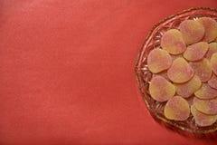 在水晶刻花玻璃盘的加糖的果冻甜点,从上面 库存图片