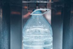在水机器的买的水 免版税库存图片