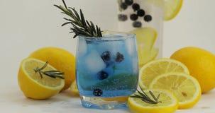 在水杯的冷的饮料 刷新的苏打柠檬水蓝色鸡尾酒用柠檬 库存图片