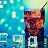 在水杯的可乐用与大卡路里的冰块甜点闪耀的成碳酸盐的饮料饮料快餐 免版税库存照片