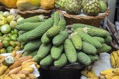 在水果市场上的各种各样的果子在丰沙尔, Monstera deliciosa可食的未加工的果子 库存照片