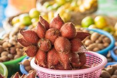 在水果摊的Salacca Zalacca 免版税库存图片