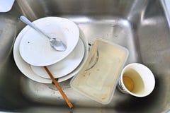 在水槽的被忘记的肮脏的盘 脏的板材顶视图在水槽的 库存照片