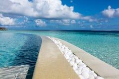 在水池和海洋之间的线 免版税库存图片