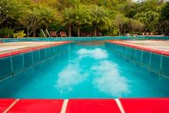 在水池旁边的红色陶瓷砖 免版税库存图片