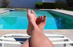 在水池旁边的Pedicured脚 库存照片