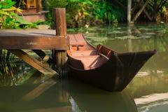 在水池泰国的古老小船 库存图片
