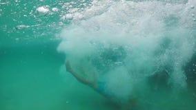 在水池的人下潜 股票视频
