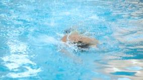 在水池的人游泳 训练在水池的适合的年轻男性游泳者爬泳 股票视频