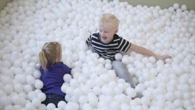 在水池的儿童游戏与球 股票录像