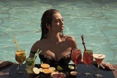 在水池的夏天鸡尾酒 饮料、食物和幸福 免版税图库摄影