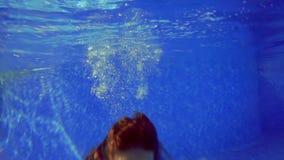 在水池的女孩游泳在水下 股票视频