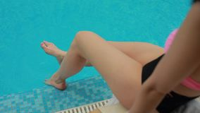 在水池的女性腿 股票视频