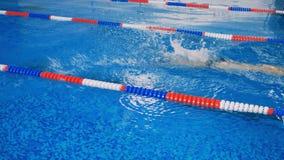 在水池的妇女锻炼,游泳 4K 股票录像