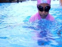 在水池的孩子下潜在马来西亚 股票视频