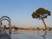 在水池的扶手栏杆在热带手段 有反射的水游泳场 钢扶手栏杆,游泳,夏天,旅行 合并的词条 免版税库存照片