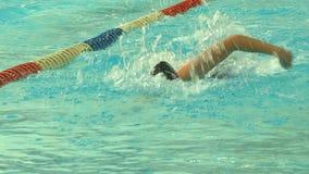 在水池的游泳的竞争 股票录像