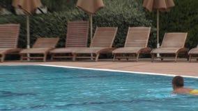 在水池的男孩游泳在旅馆复杂绿宝石在Ravda,保加利亚 股票录像