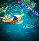 在水池的男孩游泳 免版税图库摄影