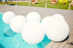 在水池的白色气球用清楚的水 免版税图库摄影