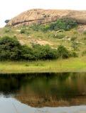 在水池的美好的小山反射在sittanavasal洞寺庙复合体 免版税库存照片