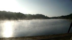 在水河的早晨薄雾 早晨有雾的河 雾水背景 股票录像