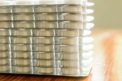 在水泡包装的胶囊堆,围绕被仿造的形状的医学片剂或抗药性药片 医疗药房题材 关闭 库存照片