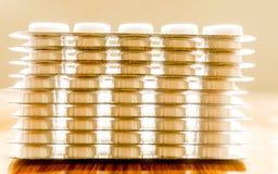 在水泡包装的胶囊堆,围绕被仿造的形状的医学片剂或抗药性药片 医疗药房题材 关闭 免版税库存图片
