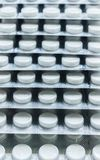 在水泡包装的胶囊堆,围绕被仿造的形状的医学片剂或抗药性药片 医疗药房题材 关闭 免版税图库摄影