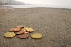 在水泥地板上的欧元硬币 免版税图库摄影