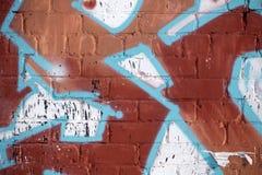 在水泥块墙壁上的白色油漆冲程copyspace 都市的grunge 免版税库存照片