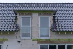 在水泥块大厦的天窗 库存照片