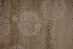 在水泥背景,在墙壁上的足球泥沼的橄榄球印刷品 库存图片