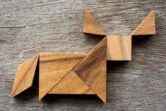在水牛或公牛形状的木七巧板难题 库存图片