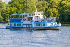 在水的一条小船由阳光阐明了背景o 库存图片