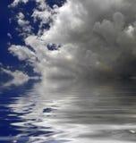 在水的云彩 免版税库存照片