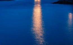 在水的光反射 免版税库存图片