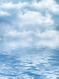 在水的多云天空 免版税库存图片