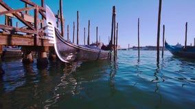 在水的威尼斯式长平底船浮游物 影视素材