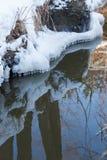 在水的小圆的冰柱 免版税库存图片