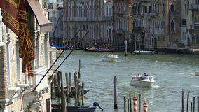 在水的小船长平底船在大运河威尼斯意大利 影视素材