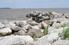 在水的岩石 图库摄影
